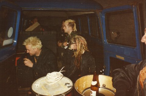 93-04-04 Hellkrusher & Dirt in rusty transits outside the VV (by Scotty)