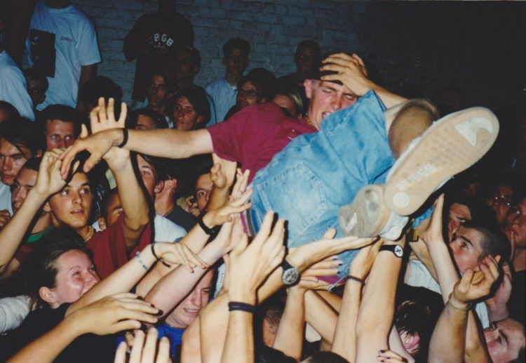 95-08-19-vik-crowdsurfing-letske-smiling-during-veil-q-by-p-federli